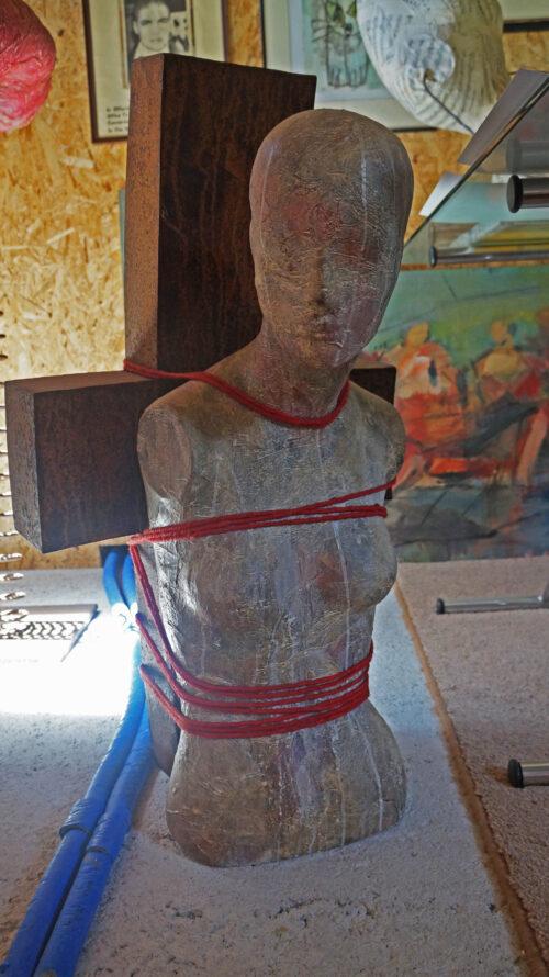 Gebundene frau schuld hannes neuhold skulptur